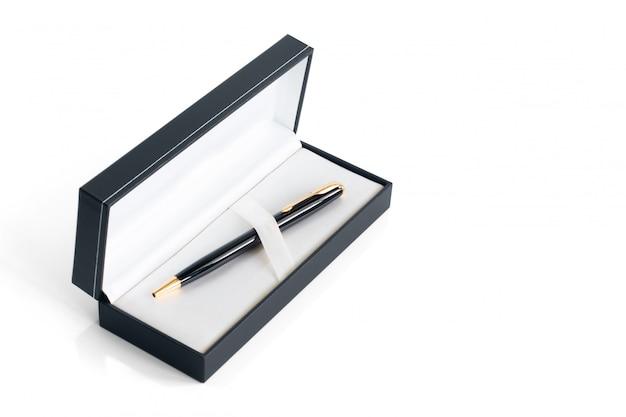 Colore nero / oro della penna a sfera di lusso in scatola isolata su fondo bianco