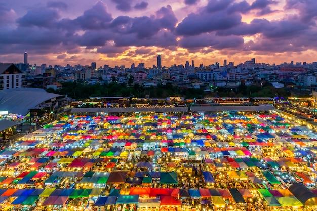 Colore pieno di mercato notturno del treno ratchada, bangkok in thailandia