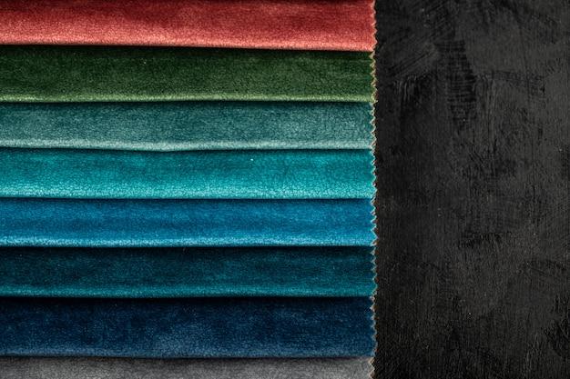 Colore rosso e verde che adatta i tessuti di cuoio nello showroom