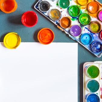 Colori ad acquerelli, pennelli artistici, tavolozza di accessori per l'artista