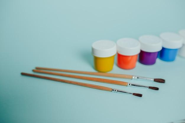 Colori e pennelli colorati.