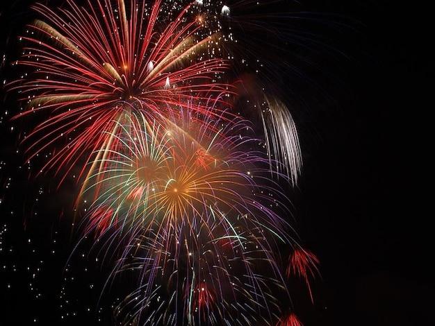Colori notte sylvester esplosione fuochi d'artificio