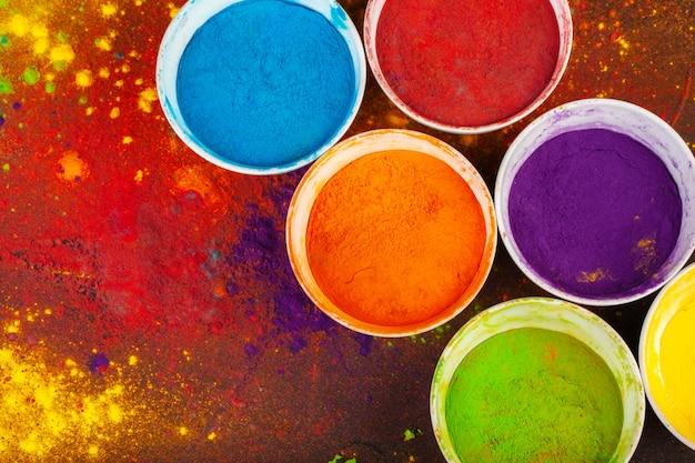 Colori organici in polvere in una ciotola per il festival holi