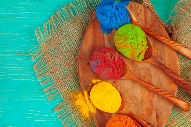 Colori vibranti della polvere di holi disposti in cucchiai