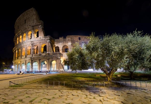 Colosseo del circo di roma, illuminato di notte