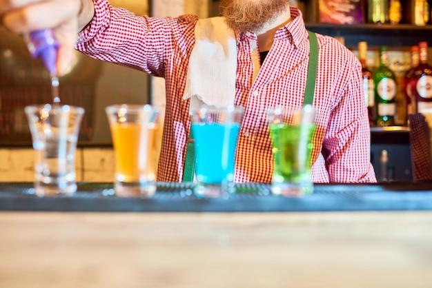 Colpi di liquore di versamento del barista