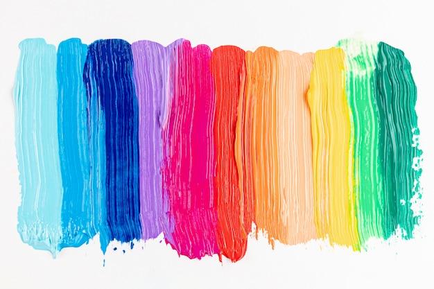 Colpi di vernice colorata su sfondo bianco