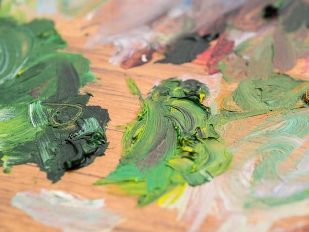 Colpi di vernice verde su legno