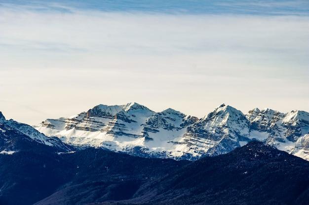 Colpo a lungo raggio delle montagne del ghiacciaio in una giornata di sole