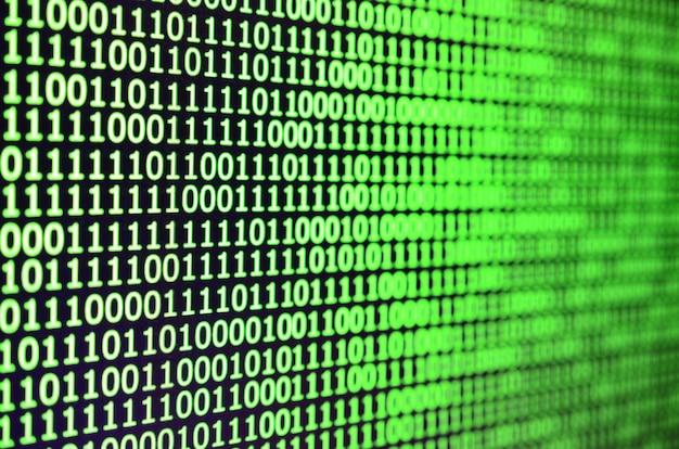 Colpo a macroistruzione del codice binario sul monitor di un calcolatore di ufficio.