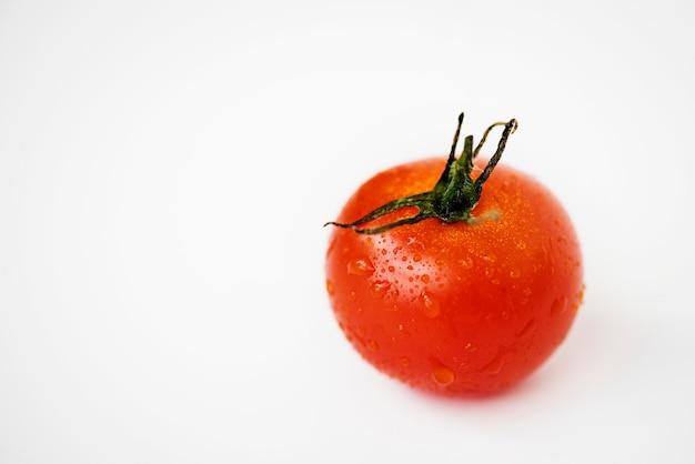 Colpo a macroistruzione del pomodoro fresco isolato su priorità bassa bianca