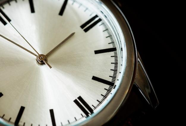Colpo a macroistruzione del primo piano di un orologio