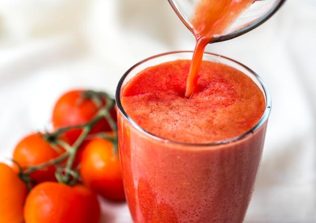 Colpo a macroistruzione del succo di pomodoro fresco