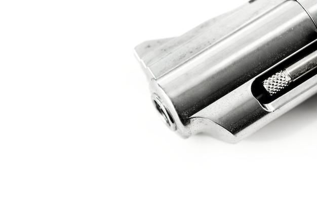 Colpo a macroistruzione della pistola isolata su priorità bassa bianca
