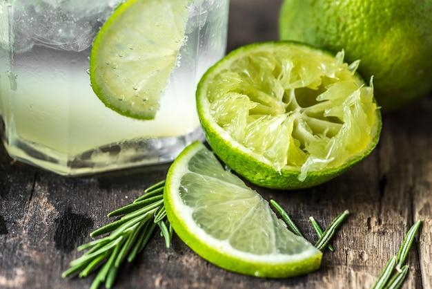 Colpo a macroistruzione delle bevande fresche della calce