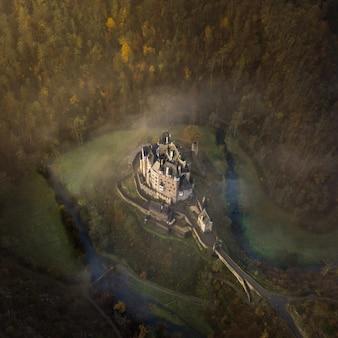 Colpo aereo del castello di eltz circondato dagli alberi in wierschem, germania