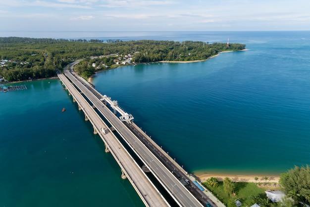 Colpo aereo drone del ponte con auto sulla strada del ponte