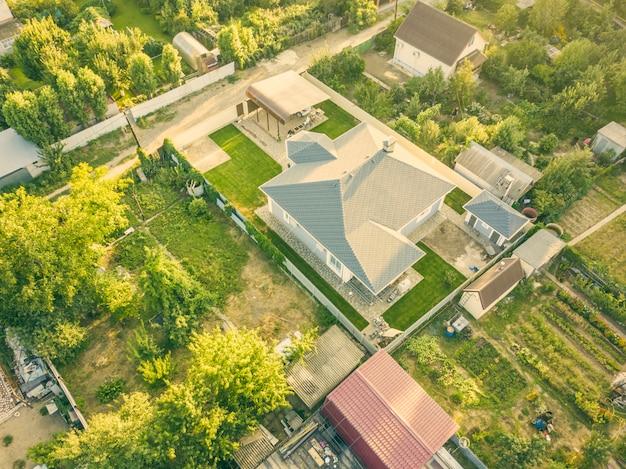 Colpo aereo drone di cottage di campagna estiva con giardino.