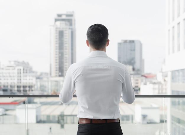 Colpo alla moda dell'uomo d'affari indietro