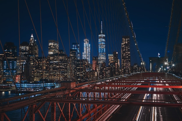 Colpo alto dal ponte di brooklyn del paesaggio urbano di new york durante la notte