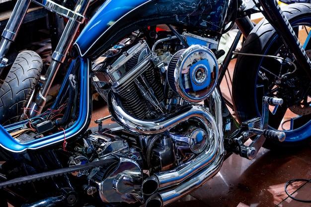Colpo alto vicino del motore di motociclo bello e su misura