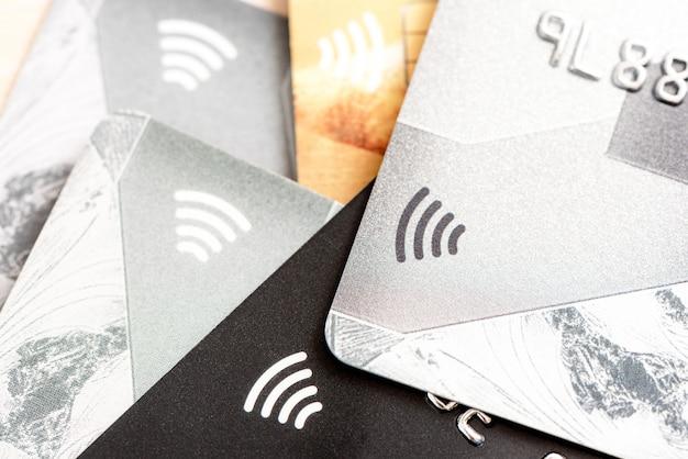 Colpo alto vicino della carta di credito con il fuoco selettivo per fondo.