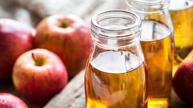 Colpo alto vicino di succo di mela fresco