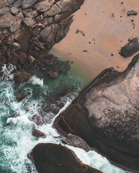 Colpo ambientale di un bellissimo canale d'acqua con rocce e persone intorno