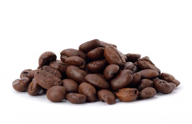 Colpo arrostito dello studio dei chicchi di caffè isolato