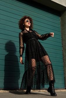 Colpo basso angolo alla moda della donna