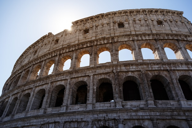 Colpo basso angolo del famoso colosseo a roma, italia sotto il cielo luminoso