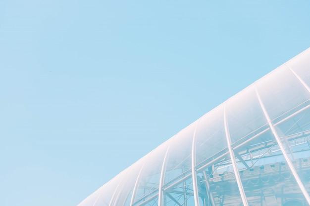 Colpo basso angolo di un edificio di vetro bianco con trame interessanti - ottimo per uno sfondo cool