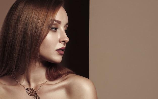 Colpo capo della vista di profilo della ragazza attraente. ritratto della ragazza attraente nel colore di seppia con lo spazio della copia.
