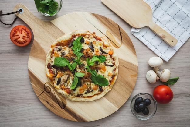 Colpo cennale di pizza al formaggio vegano