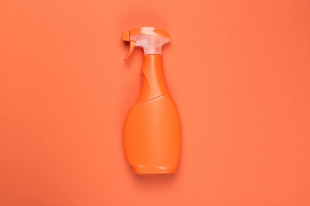 Colpo colorato luminoso di un contenitore di plastica dei prodotti chimici di famiglia.