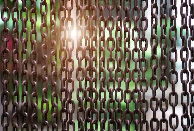 Colpo completo della struttura della catena e della luce solare metalliche