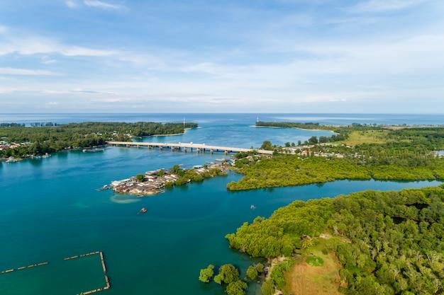 Colpo del fuco di vista aerea del ponte phuket tailandia di sarasin
