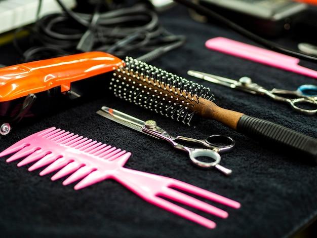 Colpo del primo piano degli accessori per il negozio di barbiere