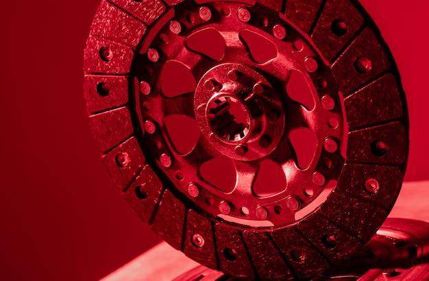 Colpo del primo piano del disco e del canestro della frizione su fondo scuro