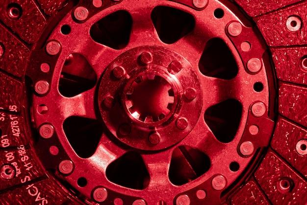 Colpo del primo piano del disco e del cestino della frizione su priorità bassa scura