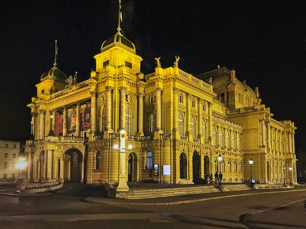 Colpo del primo piano del teatro nazionale croato a zagabria durante la notte