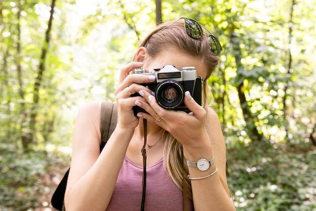 Colpo del primo piano della ragazza che cattura una foto