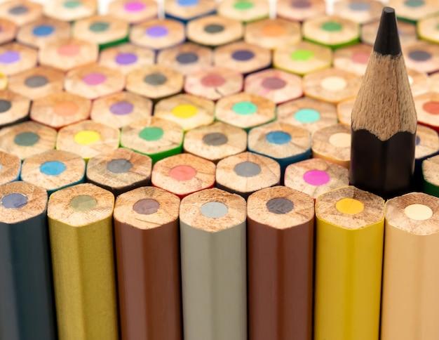 Colpo del primo piano delle matite colorate e del nero più alto
