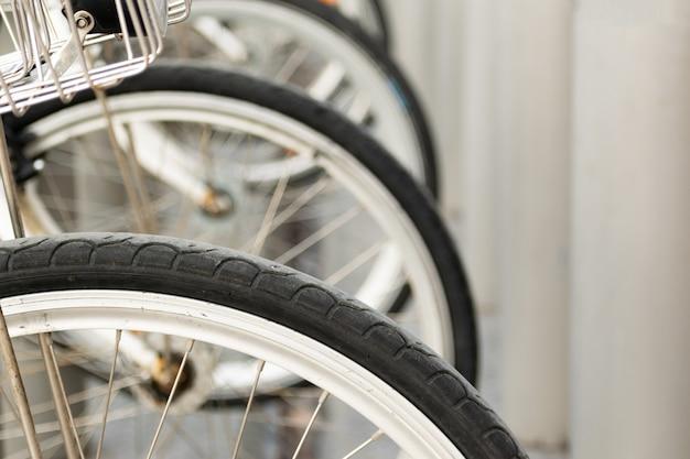 Colpo del primo piano delle ruote di bicicletta uno accanto all'altro