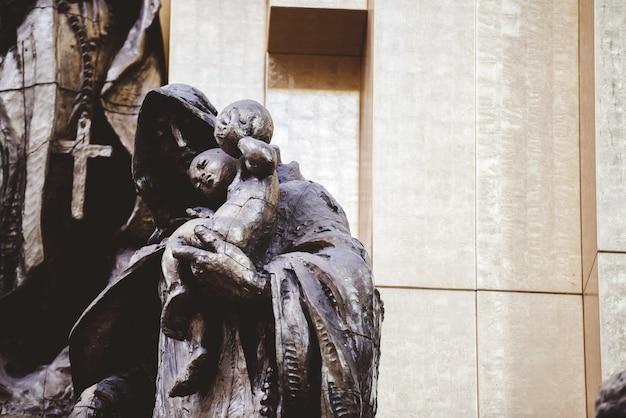 Colpo del primo piano delle statue religiose vicino alla chiesa in zacatecas messico