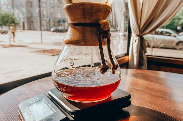 Colpo del primo piano di caffè caldo in un chemex
