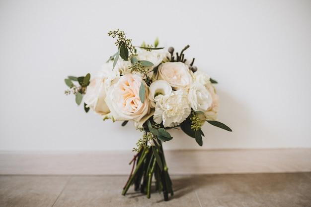 Colpo del primo piano di un bouquet bella sposa