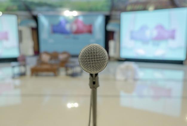Colpo del primo piano di un microfono