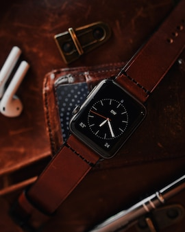 Colpo del primo piano di un moderno orologio digitale nero freddo con un cinturino in pelle marrone