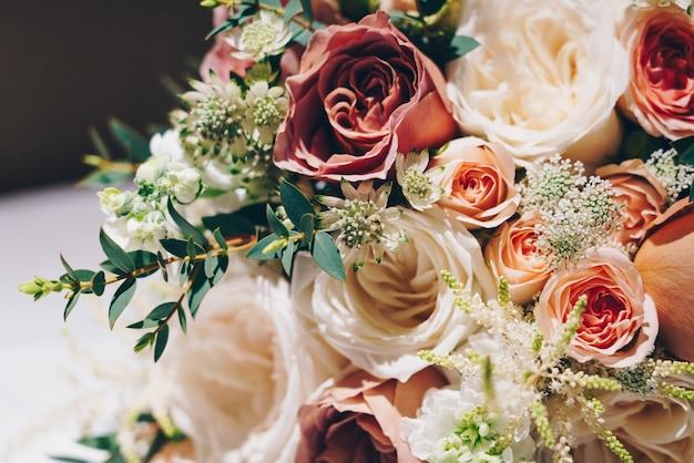 Colpo del primo piano di una bella composizione floreale per una cerimonia di matrimonio